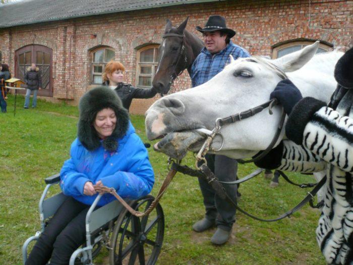 Иппотерапия или лечение лошадьми детей - инвалидов
